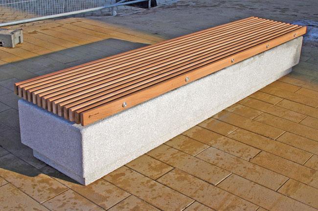 Banco em concreto com assento em madeira com forma bem conteporânea