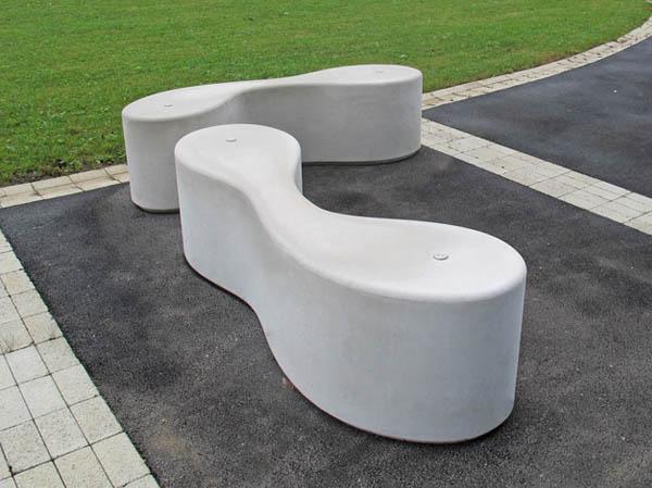 Banco de concreto para jardim estilizado com formas orgãnicas