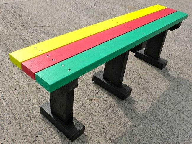 banco de jardim de plástico colorido