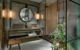 Banheiro com box de esquadrias e vidro canelado
