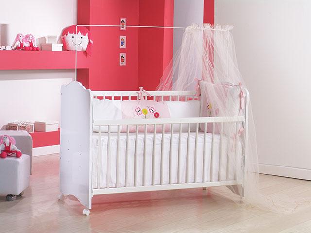 Berço bem simples com rodinhas em quarto de bebê feminino