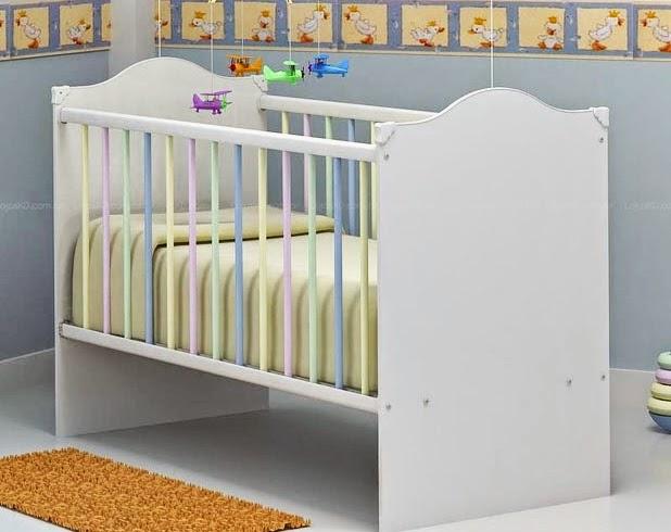 berço bem simples em quarto de bebe masculino