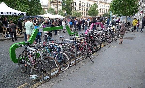 Já esse serve para conscientiza a população do número de bicicletas que cada carro tira o espaço
