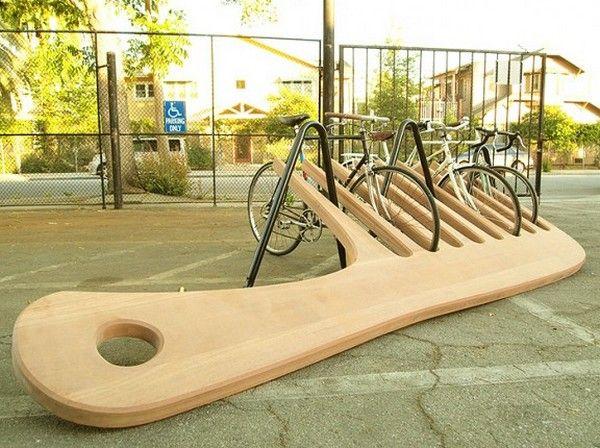 a ideia divrtida e irreverente de um porta bicicletas feito em madeira em formato de pente.