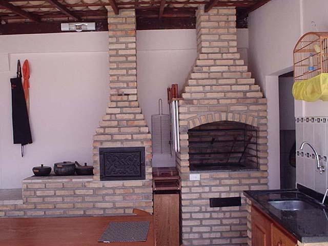 Churrasqueira acompanhada de forno em espaço gourmet em tijolos refratários