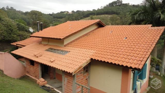 Telhado colonial em casa ainda em construção