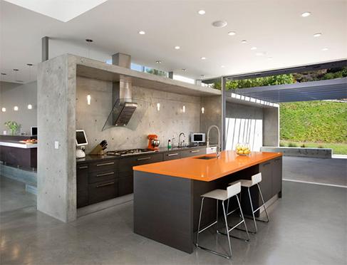 O piso de cimento queimado combina super bem com mobiliário moderno para cozinha
