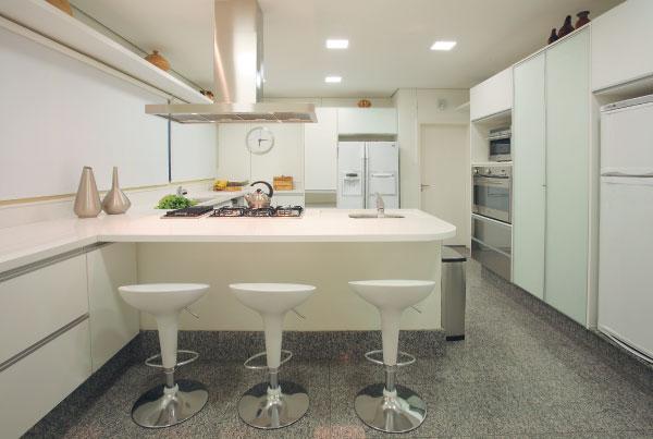 já essa outra cozinha usa um tom de cinza de granito