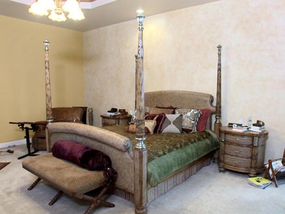 O divã completa a decoração aos pés da cama