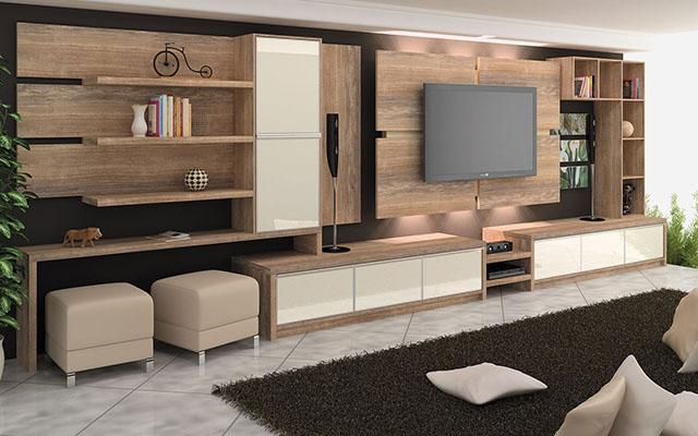 Já essa estante acompanha um painel de madeira, revestindo o fundo da parede da TV
