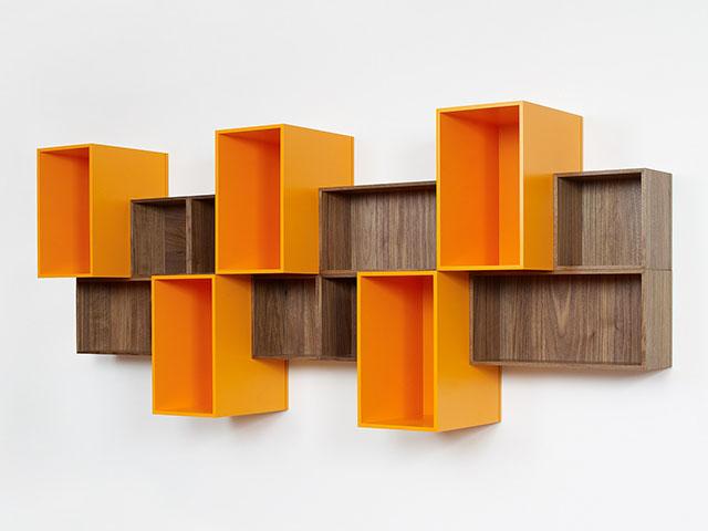 Estante modular suspensa em duas cores: madeira e laranja