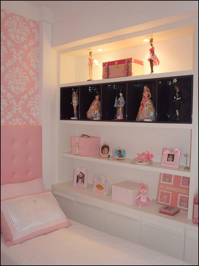 Esse outro projeto usa spots de destaque nas bonecas da prateleira