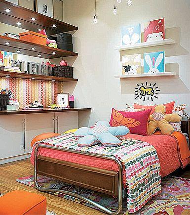 Uso de Spots para a iluminação de prateleiras de madeira na decoração do quarto