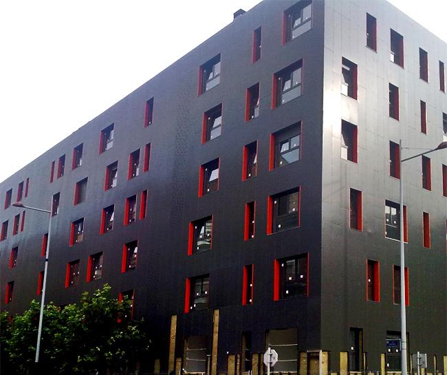 Projeto espanhol de fachada ventilada que usa o chamado efeito chaminé