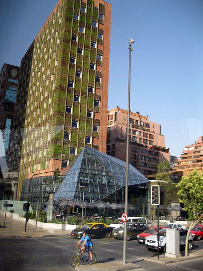 fachada verde de hotel ajuda a amenizar a incidência solar direta