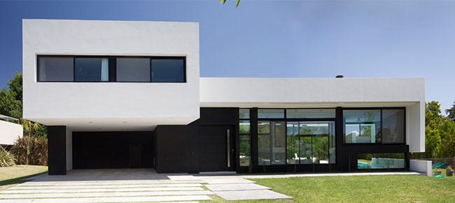 Fachada de casa moderna em preto e branco