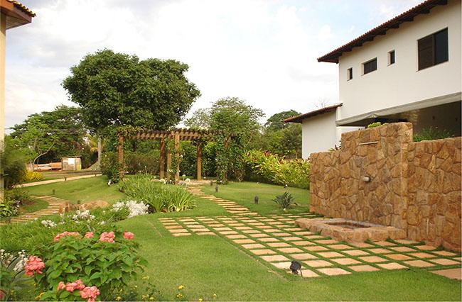 Jardim super tradicional com pergolado usando grama esmeralda