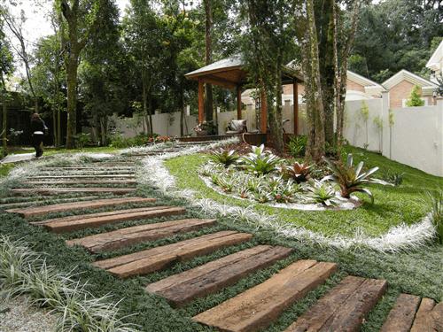 É comum também que se use a grama preta para ladear caminhos, trilhos ou escadas no jardim ao ar livre