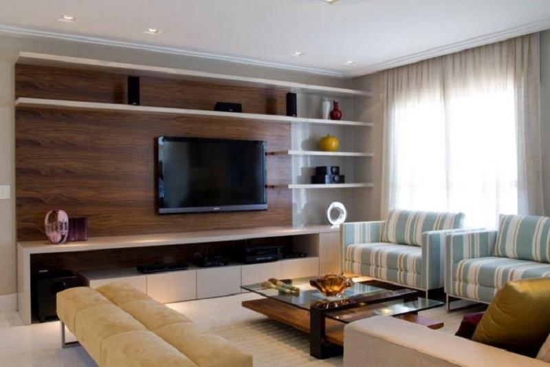 Home Theater com painel de madeira para TV na sala