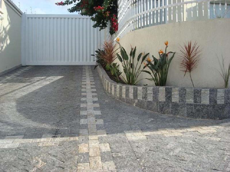 Calçada de residência feita com blocos de pedra miracema cinza