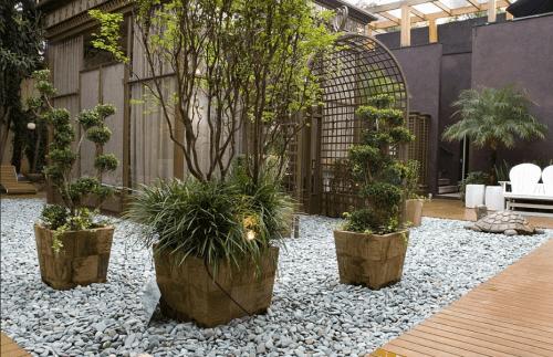 Uso das pedras seixo em jardim moderno