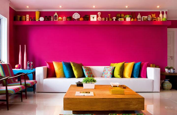 Decoração de sala de estar com parede em acrílico rosa fosco