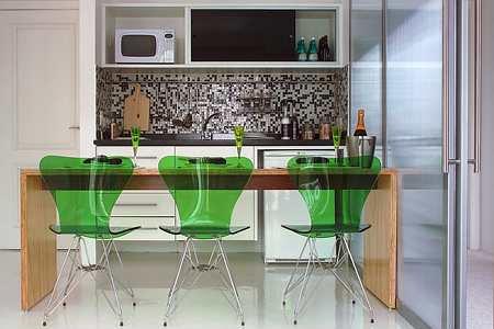 Ou pode-se usar uma cor neutra, como nesse piso branco em epóxi para cozinha