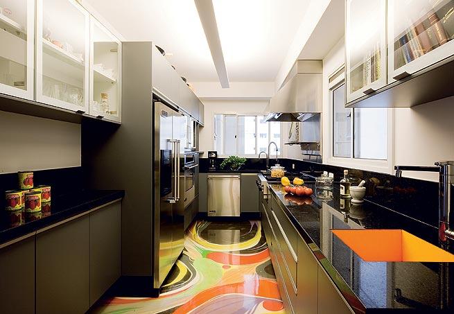 Pode-se criar na cozinha uma pintura com piso epóxi colorida, mesclando diversas cores.