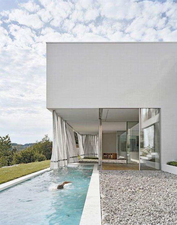 Nesse projeto de Álvaro Siza, os seixos servem de piso lado a lado com a piscina