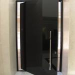 Porta pivotante em vidro serigrafado preto