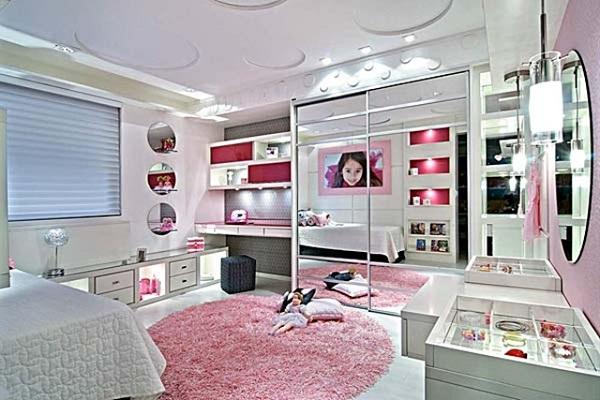 quarto feminino branco e rosa com nichos