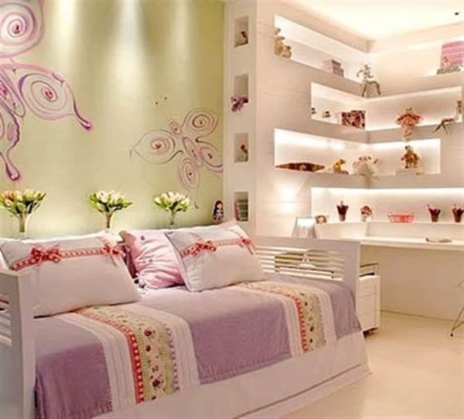 Estante com nichos iluminados completa decoração do quarto feminino