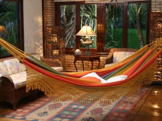 Uso da rede de balanço e descanso para composição da decoração de sala de estar