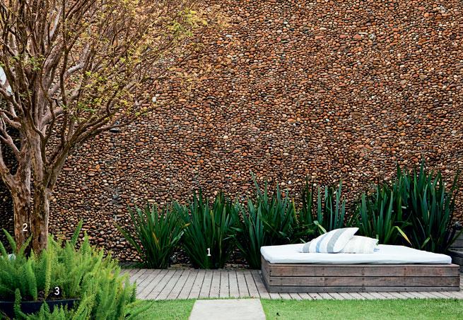 Revestimento de parede do jardim feita em seixos avermelhados