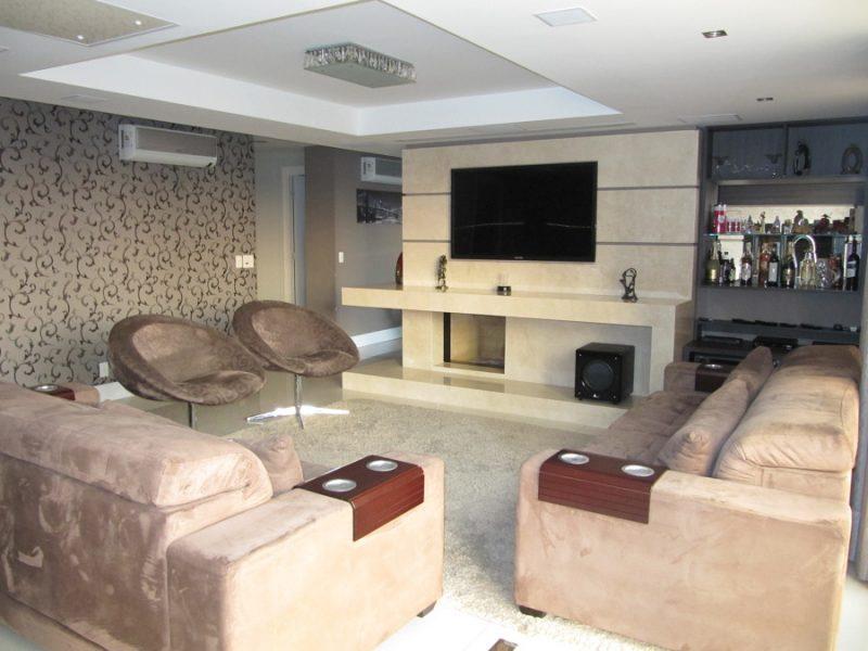 Sala de TV com lareira discreta