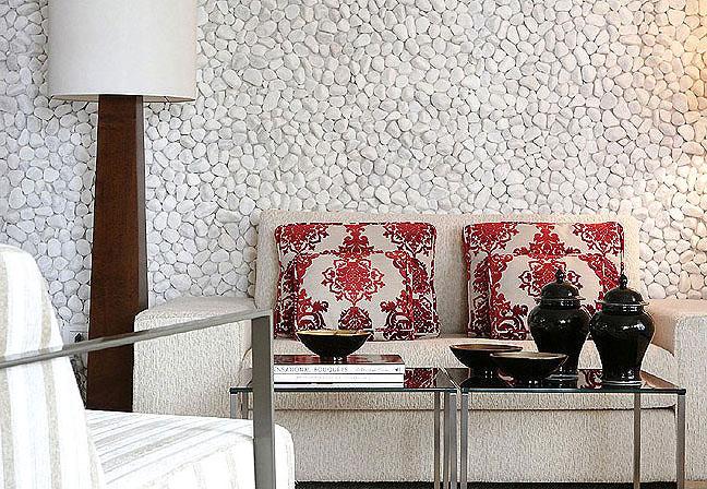 Revestimento de seixos brancos em parede de sala moderna
