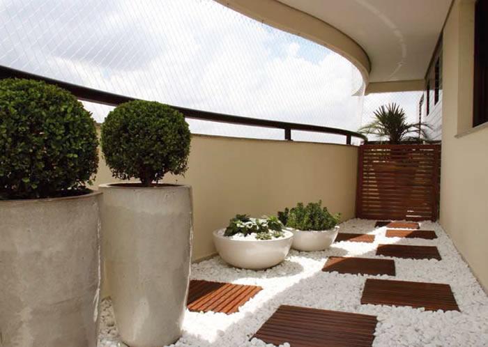 Os seixos podem ser inclusive usados em sacada para dar um tom mais natural ao ambiente, sem precisar impermeabilizar o piso