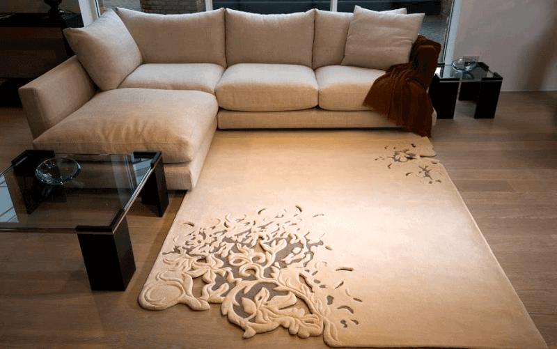 Já esse tapete antialérgico para sala usa vazados para compor o seu desenho