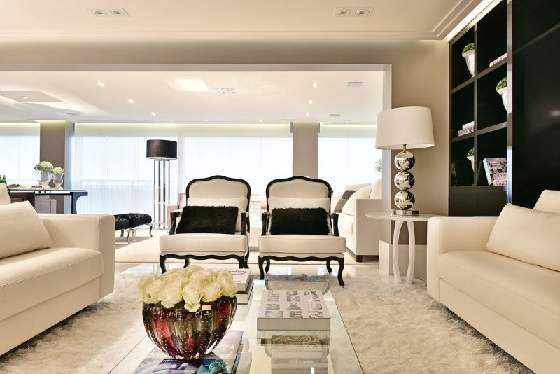 Sala de estar lança mão da decoração com tapete felpudo brancoSala de estar lança mão da decoração com tapete felpudo branco