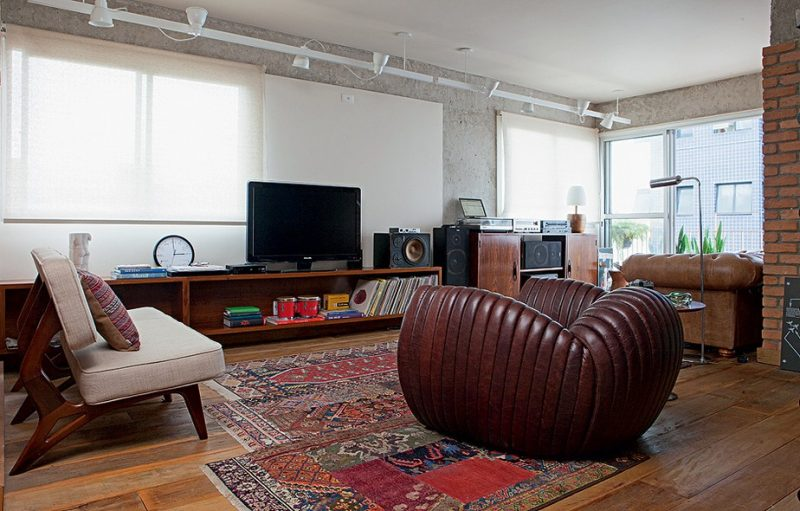 Tapetes orientais são aqueles que seguem a temática arabesca e persa, e podem ser usados na decoração da sala de estar