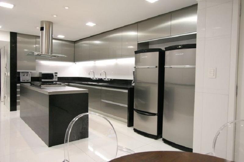 Cozinha com mobiliário e armários revestidos em aço inoxidável