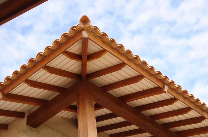 Beiral de talhado largo, protegendo varanda residencial