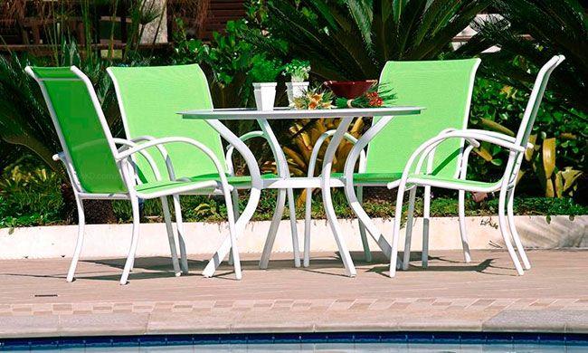 Cadeiras com encosto de plástico para resistir melhor ao contato com a água