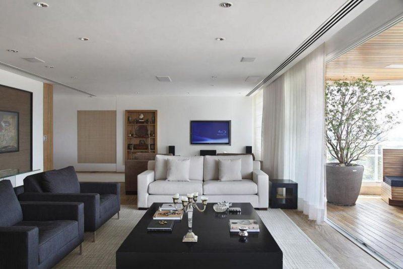 As velas e castiçais podem ser usadas de maneira que fiquem super discretas, como nessa sala de estar