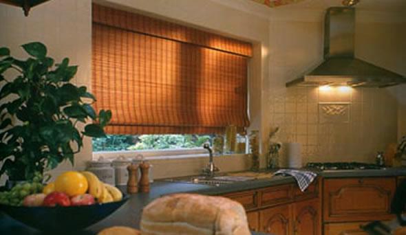 Cortina de Bambu sobre bancada de cozinha