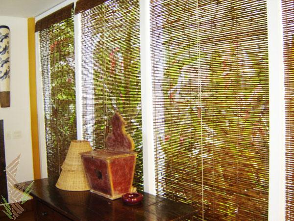 Existem modelos que usam fibras mais finas, e outros que usam placas de bambu maiores para persianas e cortinas