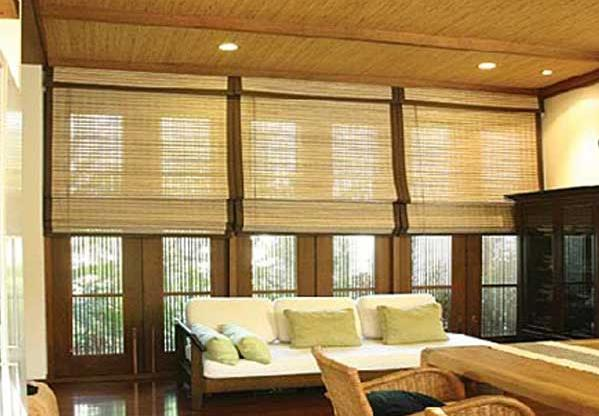 cortinas de fibra de bambu garantem um certo nível de transparência e ventilação no ambiente, barrando a maior parte do sol.