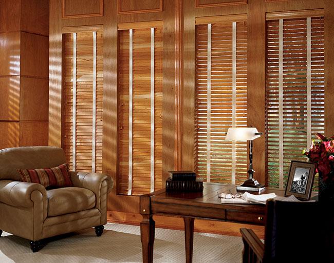 Persianas de bambu na sala combinam super bem com os móveis de madeira