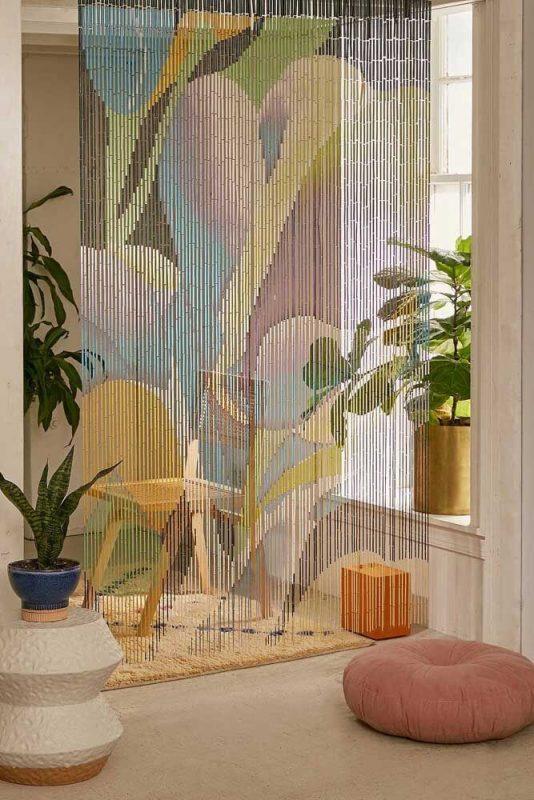 cortina divisória de ambientes colorida feita de bambu