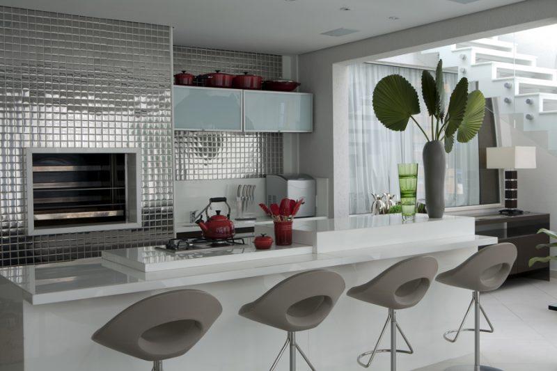 Pastilhas de inox são elemento de destaque nessa cozinha